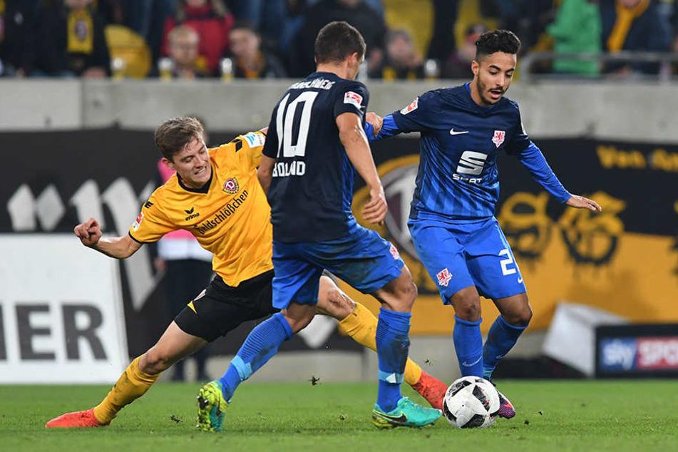 Zwei gegen einen, das ist bei Niklas Hauptmann (l.)mittlerweile ein gewohntes Bild. Auch, dass er immernoch eine Fußspitze an den Ball bekommt.