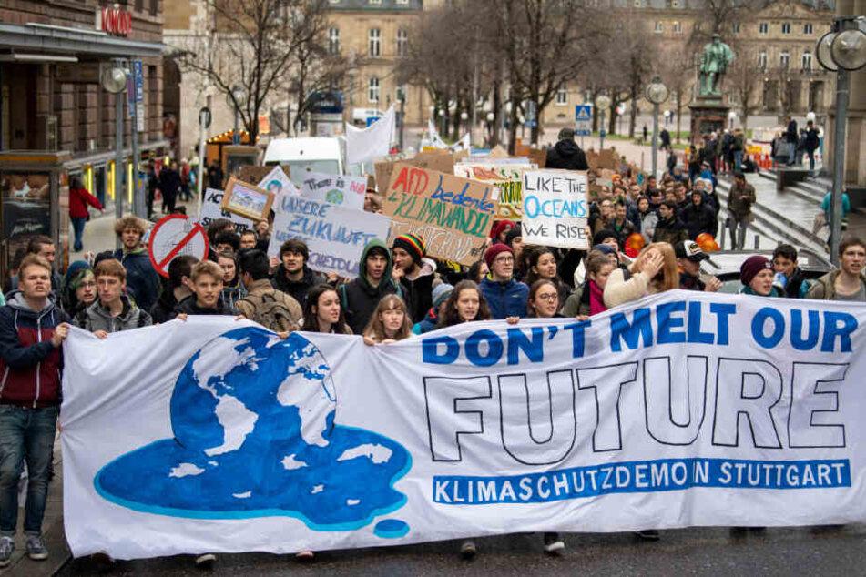 """Unter dem Motto """"Fridays for Future"""" gehen Schüler regelmäßig an Freitagen auf die Straßen und demonstrieren für mehr Klimaschutz, wie hier in Stuttgart."""