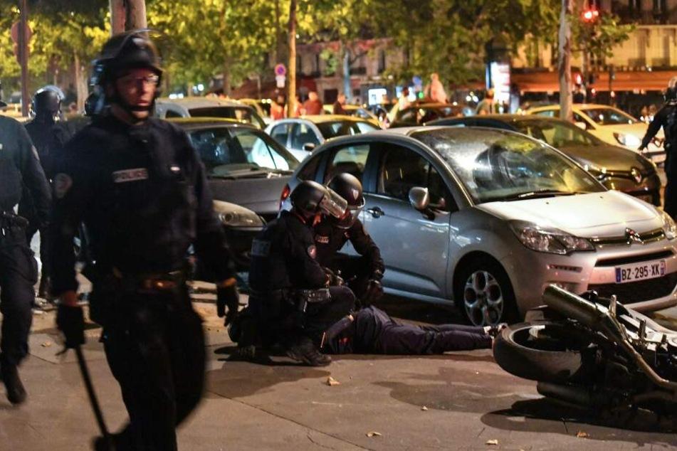 In Paris nehmen Polizisten randalierende Fans fest.
