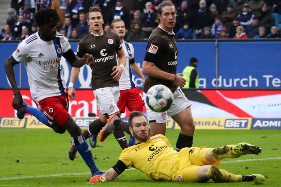 Robin Himmelmann hielt seinen Kasten gegen den HSV und Bakery Jatta sauber.