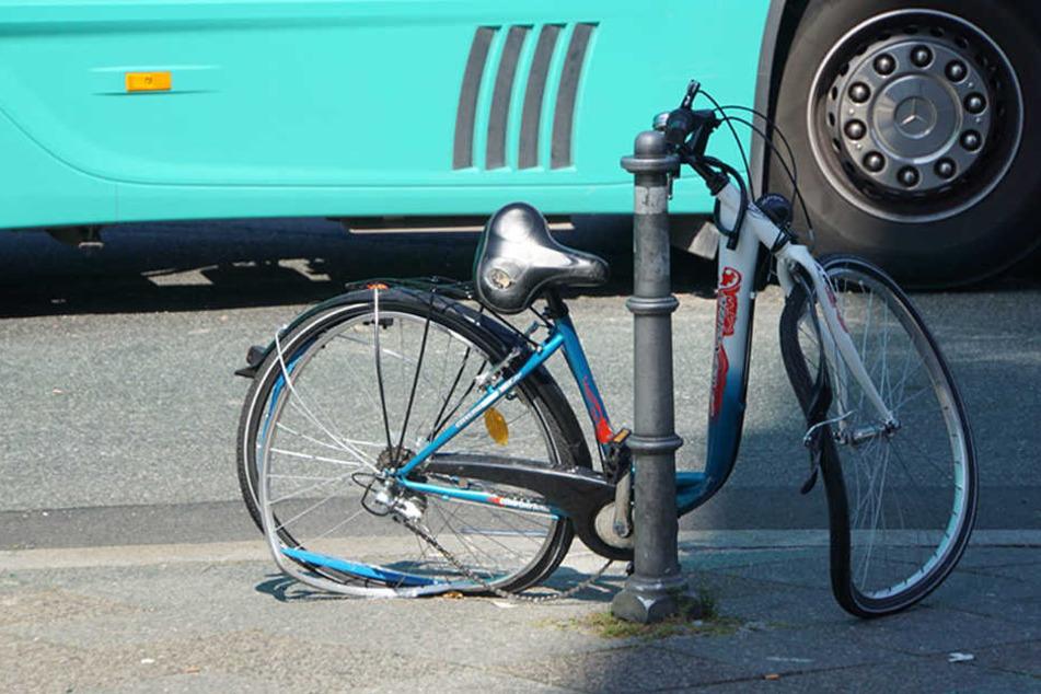 Das Fahrrad nach der Kollision mit einem Sattelzug an der Kreuzung Wilhelmstraße/ Mehringdamm.