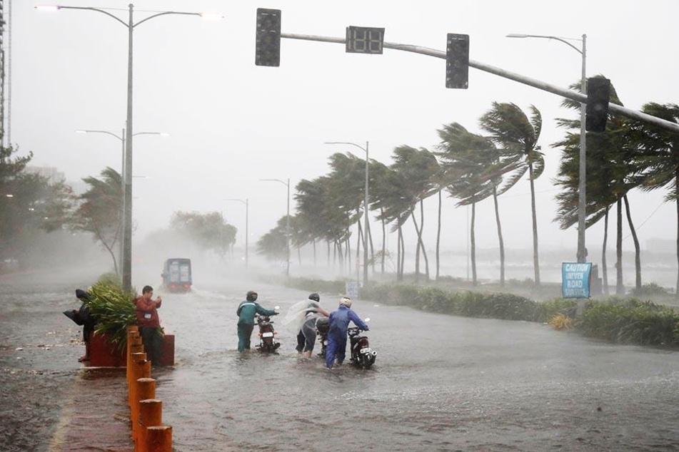 """Vor knapp einer Woche ist Taifun """"Mangkhut"""" über den Norden der Philippinen gezogen, hat viele Menschen getötet und enormen Schaden angerichtet."""