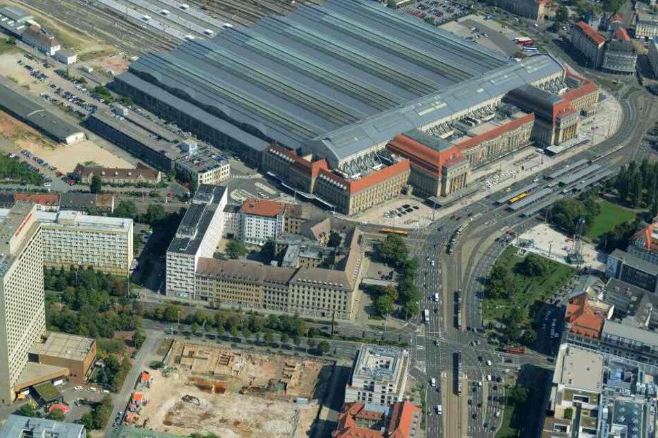 Auf der Westseite des Leipziger Hauptbahnhofs war am Freitagabend ein leerstehendes und von Obdachlosen als Schlafunterkunft genutztes Gebäude in Brand geraten. (Archivbild)