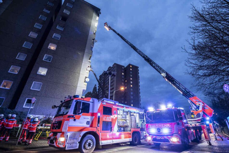 Feuerwehr-Großeinsatz bei Hochhaus-Brand in Frankfurt-Eckenheim