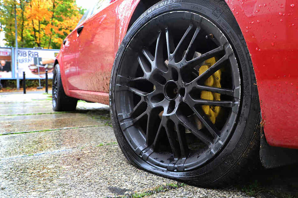 Nahezu 30 Reifen wurden von dem Unbekannten zerstochen.