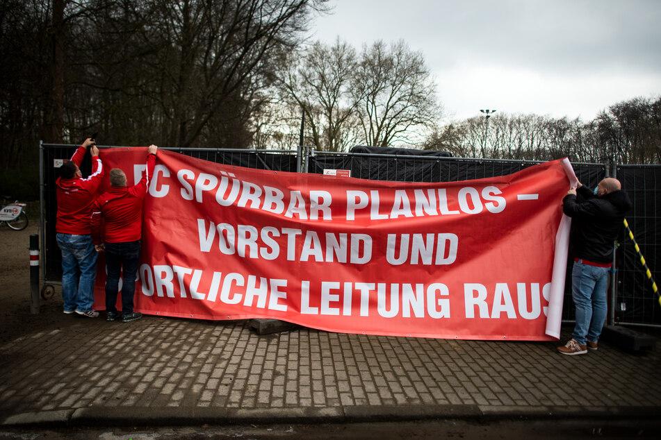 """FC-Köln-Fans hängten am Montag ein Protestplakat mit der Aufschrift """"FC SPÜRBAR PLANLOS - VORSTAND UND SPORTLICHE LEITUNG RAUS"""" auf."""