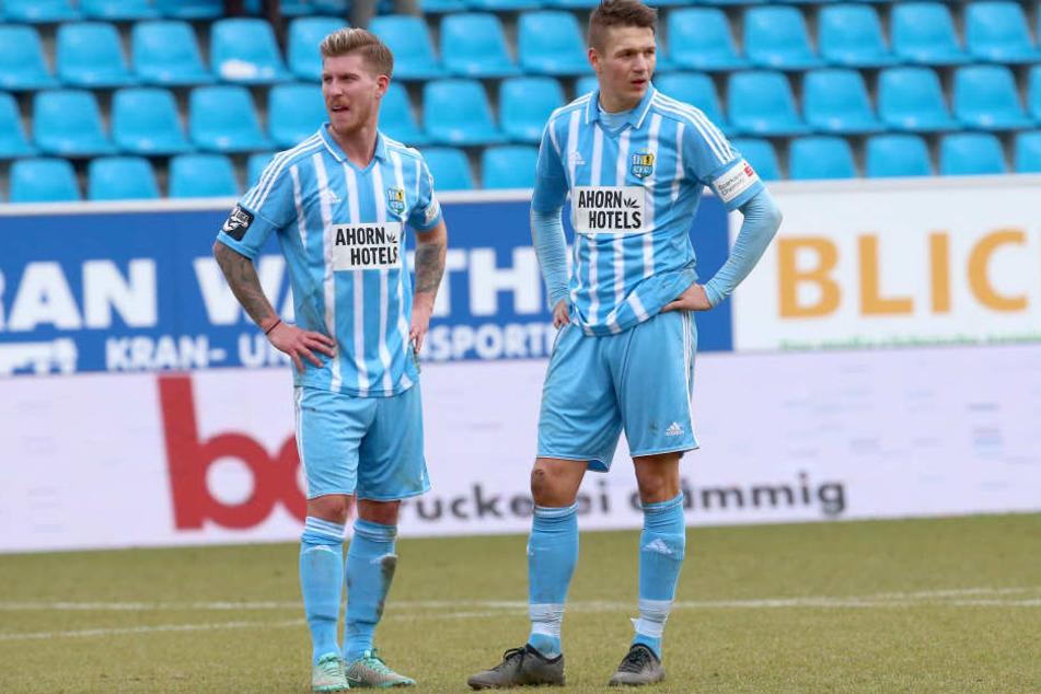 Philip Türpitz (l., rechts Daniel Frahn) hat 2014 in der Regionalliga West elf Mal für Lotte gespielt. Die für Sonnabend geplante Rückkehr mit dem CFC verschiebt sich durch die Absage