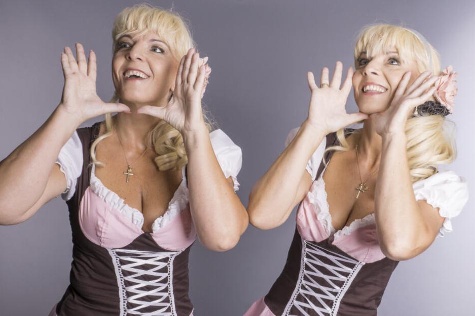 """""""Wir heißen jetzt Zwillingsherzen"""", rufen die Zwillingsschwestern Claudia und Carmen (beide 44) im feschen Dirndl."""