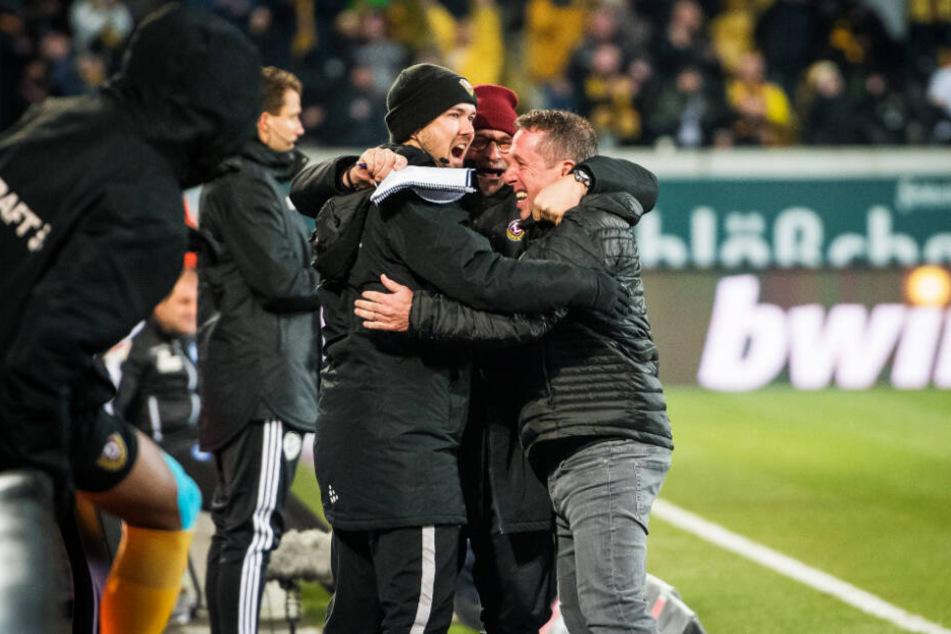 Trainer-Jubel: Markus Kauczinski (r.) feierte das 1:0 am Mittwoch mit seinen Co-Trainern Heiko Scholz und Willi Weiße (l.)