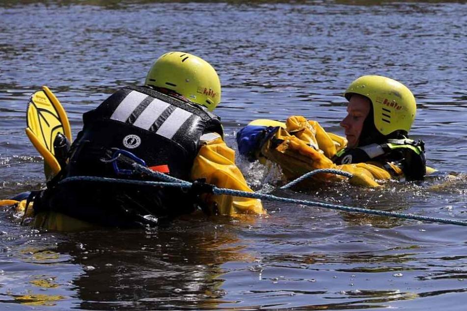 Mit speziellen Anzügen probten die Feuerwehrleute die Personenrettung aus dem Wasser.