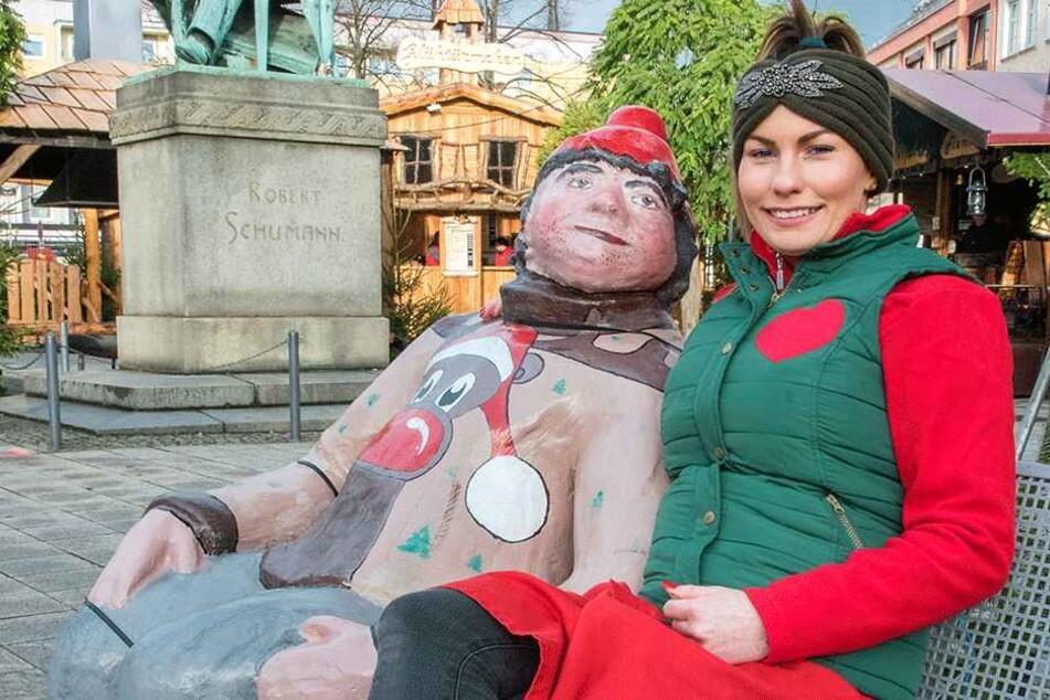 """Samanta Walz (22) von der """"Zwickauer Wichtelbäckerei"""" gefallen die großen Weihnachts-Figuren auf den Bänken vor dem Robert-Schumann-Denkmal."""