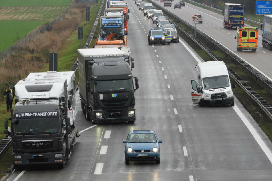 Die A14 musste vorübergehend vollständig gesperrt werden. Später wurde der Verkehr an der Unfallstelle vorbei geleitet.