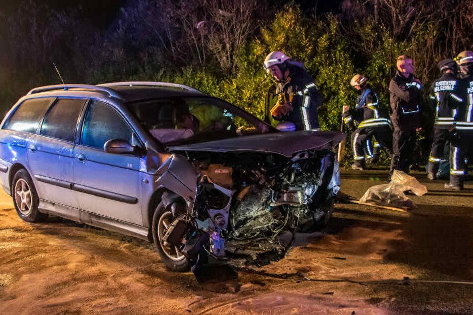 Ein beteiligtes Unfallfahrzeug wird von der Feuerwehr überprüft.