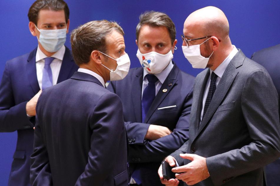 Brüssel: Österreichs Bundeskanzler Sebastian Kurz (l-r), der französische Staatspräsident Emmanuel Macron, Luxemburgs Premierminister Xavier Bettel und der Präsident des Europäischen Rates Charles Michel sprechen am Samstag miteinander.