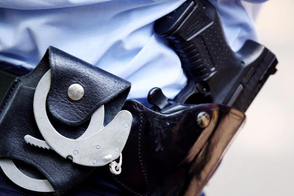 Die alarmierten Polizisten nahmen den Mann letztlich fest. (Symbolbild)