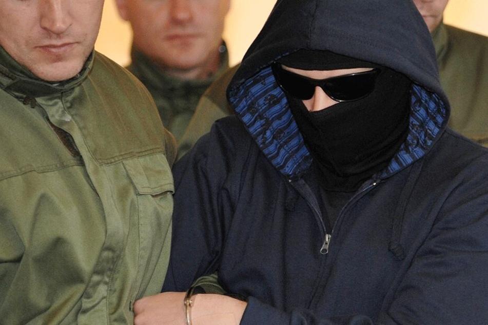 Alex W. (heute 38) wurde auch zum Selbstschutz während des Prozesses bewacht. Immer wieder versuchte der Russlanddeutsche, sich selbst zu verletzten oder zu randalieren.