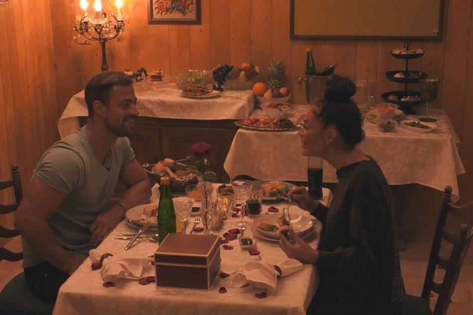 Schlemmten bei einem Candle-Light-Dinner und beantworteten beziehungsrelevante Fragen: die verknallten Tobias Wegener (26) und Janine Pink (32).
