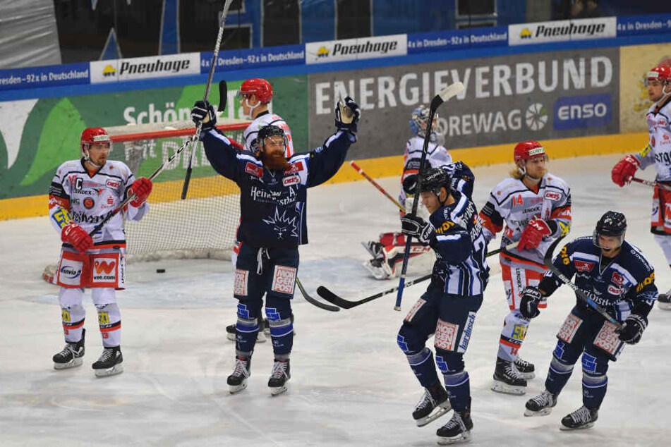 Derbysieg! V.l.: Thomas Pielmeier (#51, Dresden) und Torschütze Dominik Grafenthin (#26, Dresden).