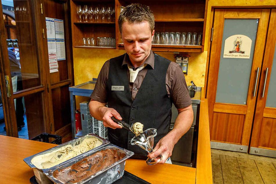 Mitarbeiter Benjamin Hamm (30) richtet den Eisbecher an. Schon am ersten Verkaufswochenende stürmten die Hill-Fans die Bierstube.