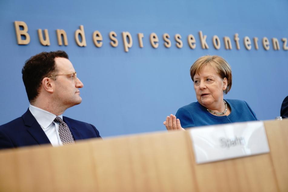 Jens Spahn und Angela Merkel auf der Pressekonferenz.