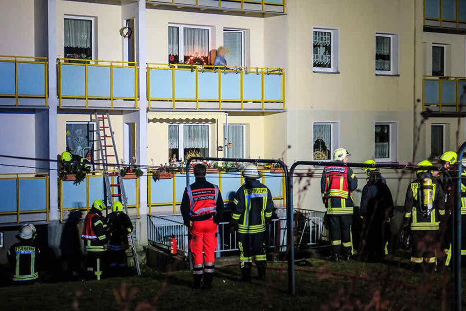 Ein Böller löste in Schwarzenberg offenbar einen Balkonbrand aus. Die Feuerwehr konnte ein Übergreifen auf die Wohnung verhindern.