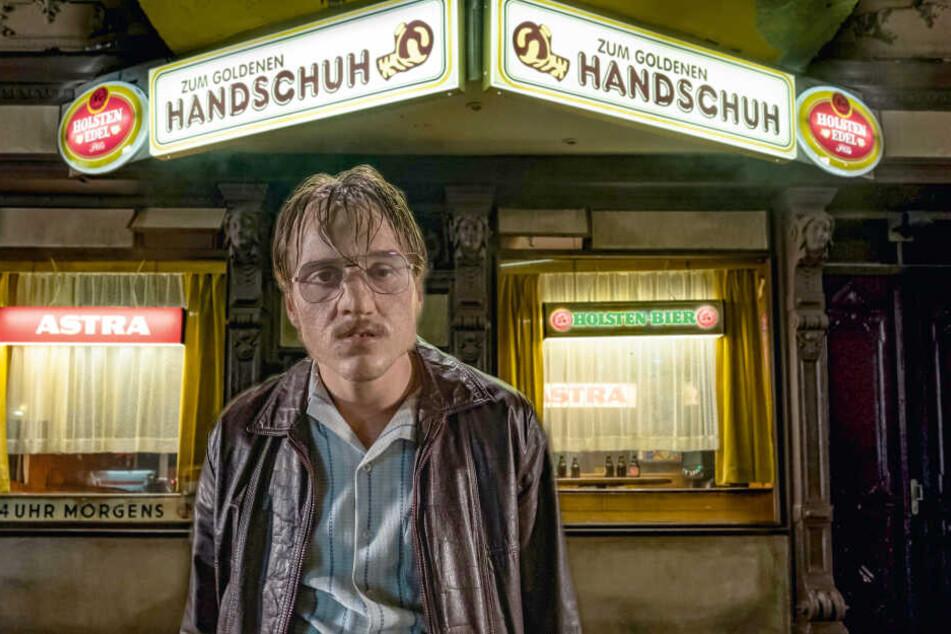 """Fritz Honka (Jonas Dassler) vor seiner Stammkneipe """"Zum Goldenen Handschuh"""". Die Spelunke existiert übrigens immer noch, inzwischen mit dem Namenszusatz """"Honkastube"""""""