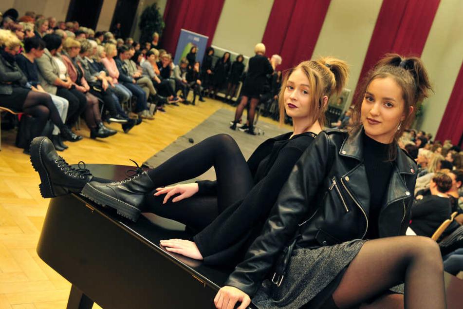 Freche Zöpfe mit herausgezupften Strähnen sind angesagt - Lydia (18) und Annabel (16) zeigen den trendigen Look.