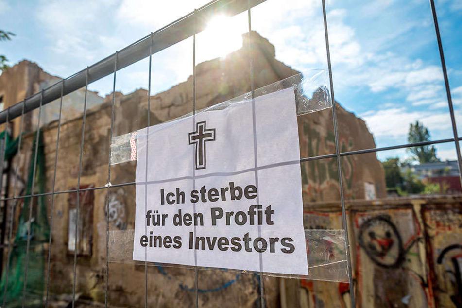 Vor Ort haben Gegner des Abrisses zynische Plakate aufgehängt.