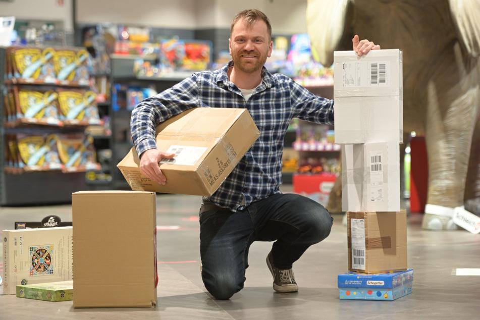 """Spielspaß auf Bestellung: """"Rabattz""""-Inhaber Carsten Viehweg (39) packt Päckchen für seine Online-Kunden."""