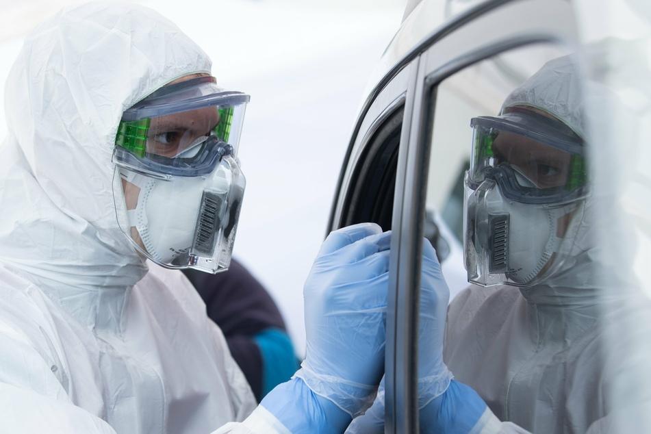 Im Chemnitzer Drive-In-Testzentrum können sich Autofahrer direkt im Wagen testen lassen (Symbolbild).