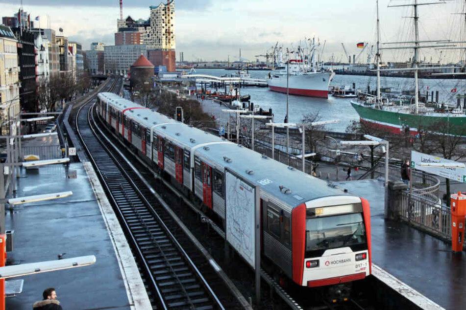 Es wird noch länger dauern, bis wieder eine U-Bahn an der Station Landungsbrücken hält. (Archivbild)