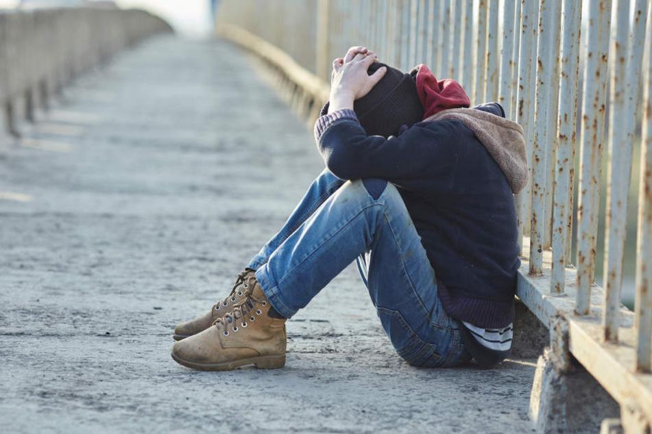 Von den Angreifern wurde der 17-Jährige auf den Boden geschubst (Symbolbild).