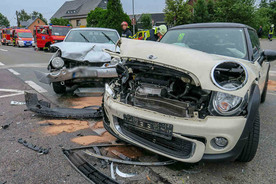 BMW nimmt VW die Vorfahrt: Zwei Frauen verletzt