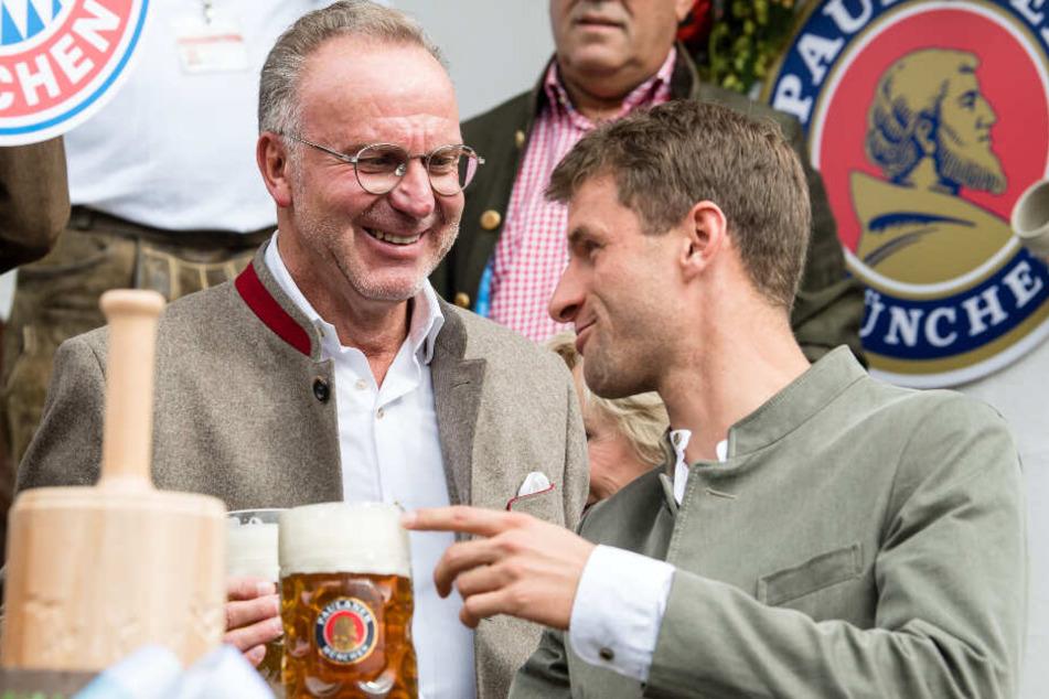 Karl-Heinz Rummenigge (l.), Vorstandschef vom FC Bayern, und Spieler Thomas Müller beim Small-Talk auf der Wiesn.