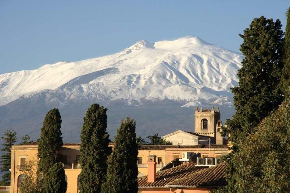 Der schneebedeckte Ätna von Taormina aus betrachtet.