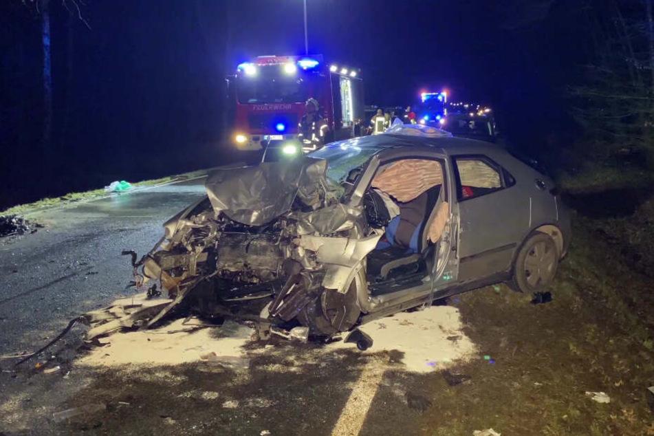 Der 27-jährige Autofahrer, der allein im Wagen war, starb noch an der Unfallstelle.
