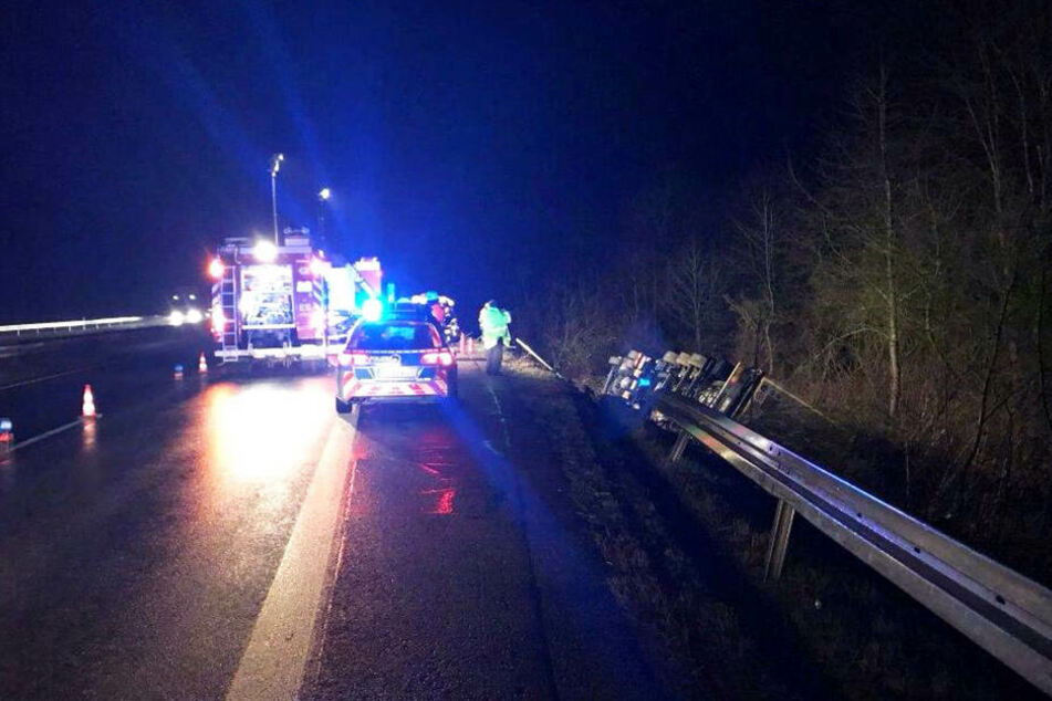 Der Lkw krachte durch die Leitplanke. Der Fahrer überlebte den Unfall nicht.