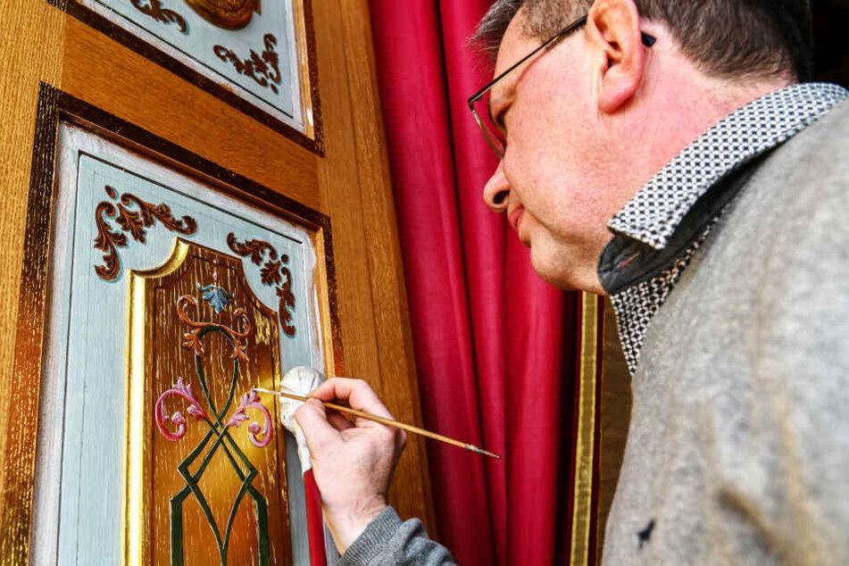 Mit Pinsel, Ölfarbe und jeder Menge Geduld entstehen die detailreichen Malereien.