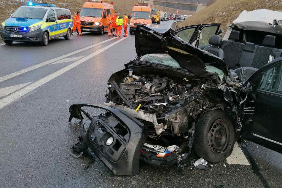 Heftiger Frontal-Zusammenstoß: Frau muss aus Auto-Wrack befreit werden