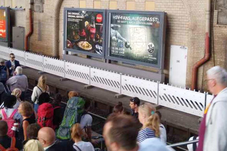 Dieses Plakat hingt im August am Hamburger Hauptbahnhof. Es zeigte den HSV-Fans den Weg nach Sandhausen auf.