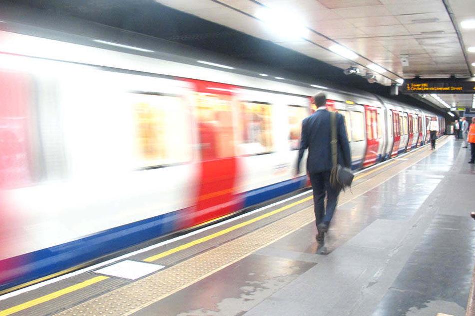 Wenn sie es schafft, vermeidet es eine Frau mit großem Dekolleté mit der U-Bahn durch London zu fahren.