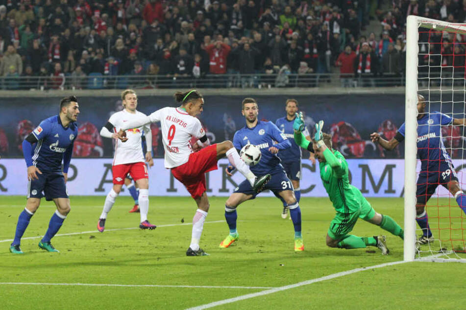 Schalke-Torhüter Ralf Fährmann, hier im Spiel gegen RB Leipzig, kehrt in einer Woche in seine Heimatstadt zurück. Als 14-Jähriger verließ er den CFC und wechselte zu Schalke 04.