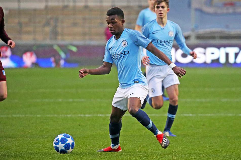 Rabbi Matondo, hier im Einsatz für Manchester Citys U23, verstärkt den FC Schalke 04.