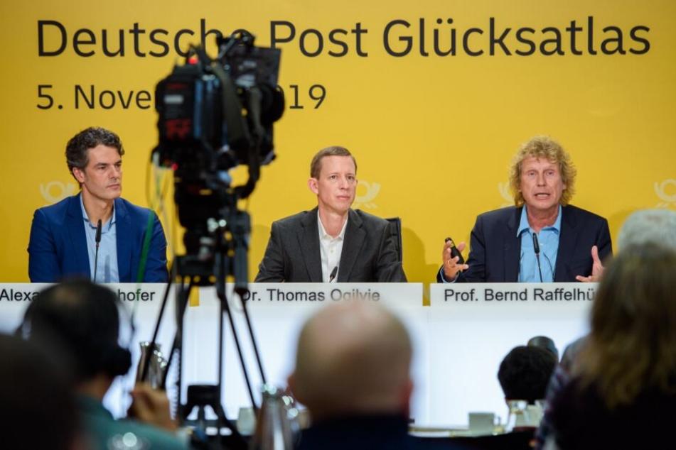 Alexander Edenhofer, Thomas Ogilvie und Bernd Raffelhüschen (v.l.n.r.) stellen gemeinsam den den Glücksatlas 2019 vor.