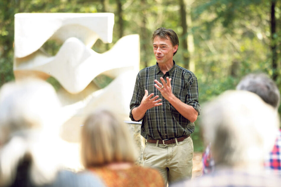 """Prinz Daniel von Sachsen beantwortet auf dem Andachtsplatz seines Bestattungswaldes die Fragen von Interessenten zur """"Naturruhe Friedewald""""."""