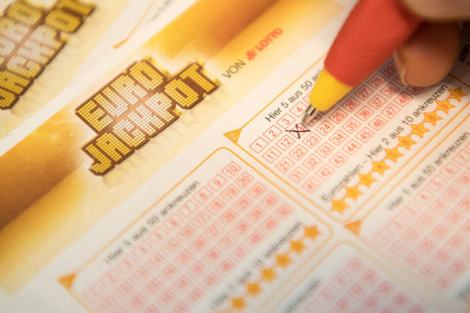 Eine Kundin füllt einen Eurojackpot-Lotterie-Schein aus.