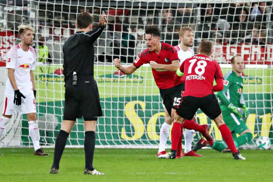 Robin Koch ballt die Fäuste, dreht mit lautem Schrei zum Torjubel ab. Sein Treffer zum 2:1 besiegelte die Leipziger Niederlage.