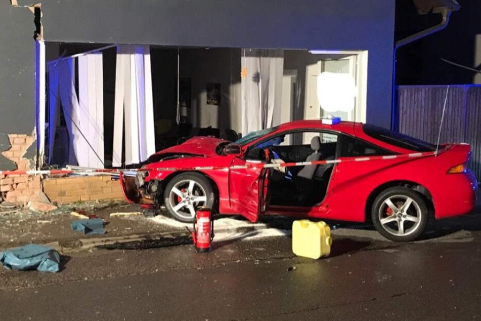 Der Wagen rauschte anschließend in eine Schaufensterscheibe.
