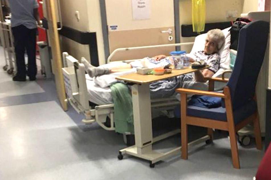 Eine ältere Frau musste mehrere Tage im Krankenhaus-Korridor verbringen.