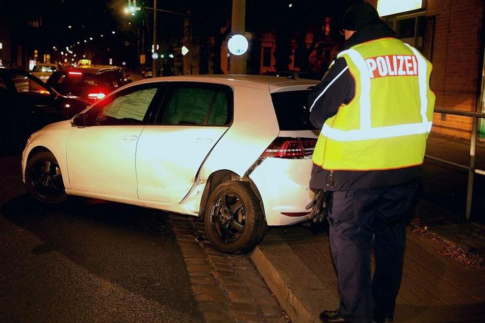 Ein Polizist dokumentiert den Schaden.